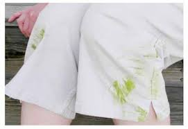 Пятна от травы на белой одеже