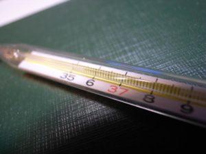 Ртутный градусник крайне точный, но очень опасный при разбитии