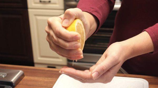 Соком половинки лимона капают на ладонь