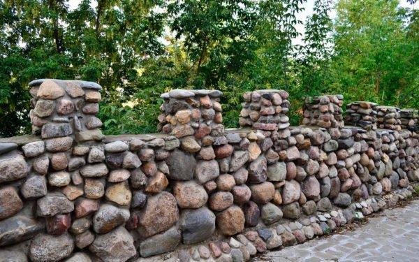 Как построить забор из камня своими руками