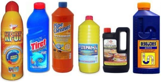 Шесть бутылок с химическими средствами для прочистки
