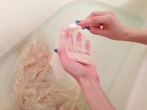 Чистка загрязнений на свадебном платье
