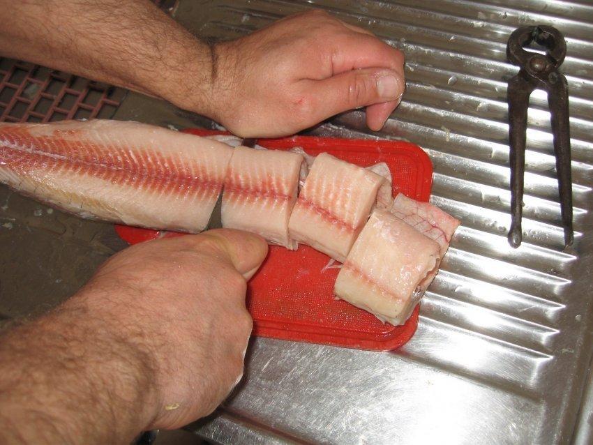 Как снять кожу с замороженной рыбы