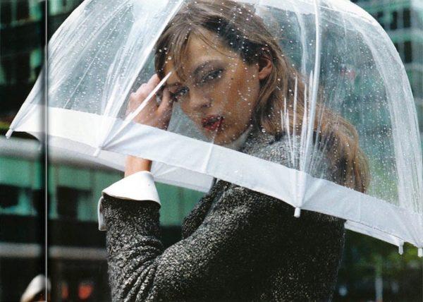 Девушка с прозрачным зонтом
