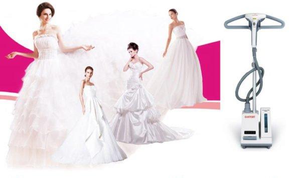 Парогенератор и девушки в свадебных платьях