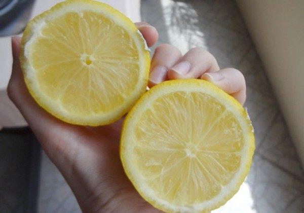 Половинки лимона в руках