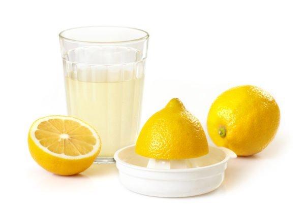 Половинки лимона и сок из него