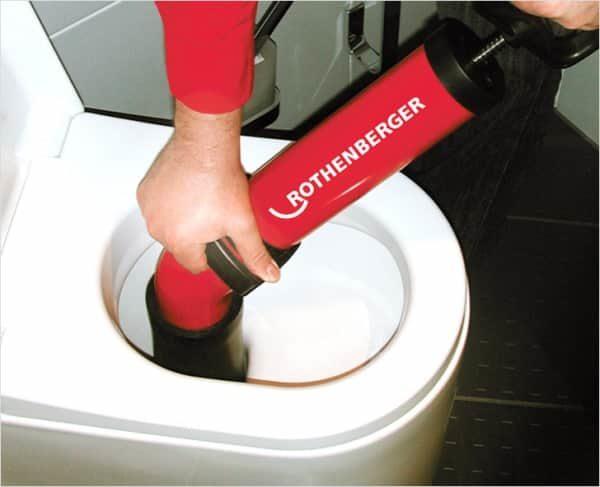 Очистка унитаза при помощи профессионального оборудования