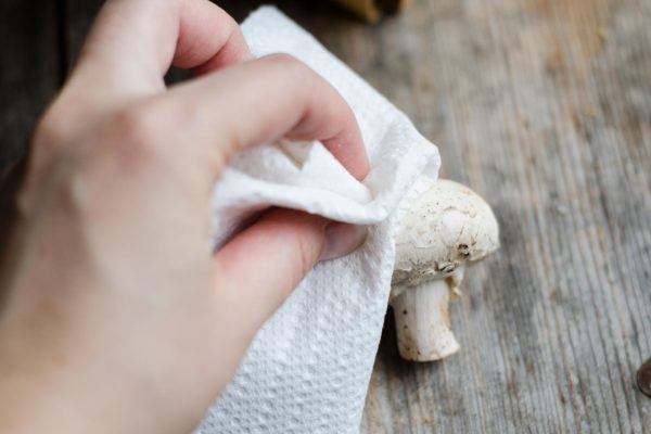 Очищают гриб тряпокой