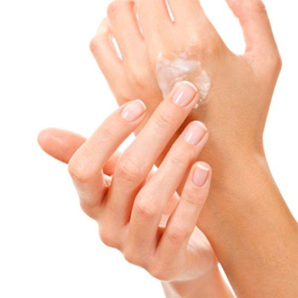 Смазывают руки кремом