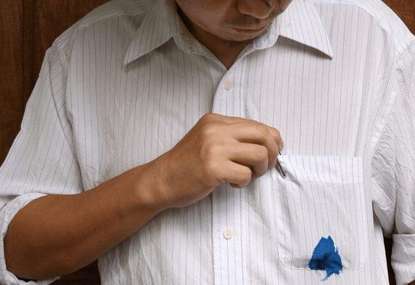 пятно чернил на белой одежде