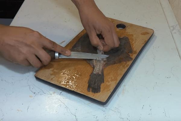 камбалу чистят от кожи