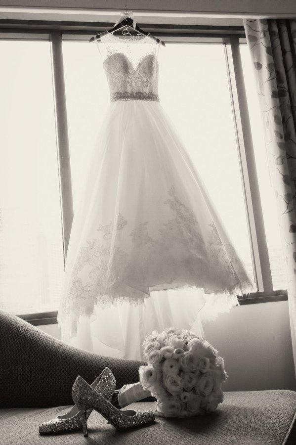 Свадебное платье на вешалке