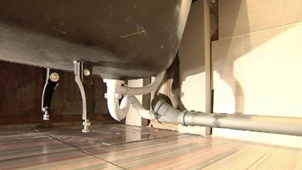 Слив присоединяется к отводящей трубе под наклоном