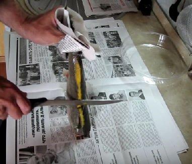 Ножом срезуют шипы у замороженной стерляди