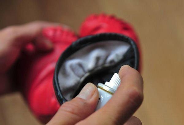 Обработка боксёрской перчатки дезодорантом