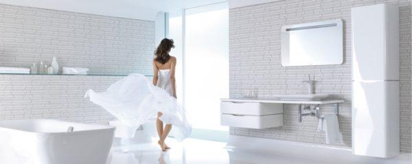 Женщина в чистой комнаате