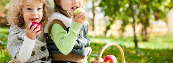 Дети с яблоком