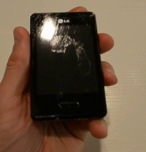 Экран телефона с пятном клея