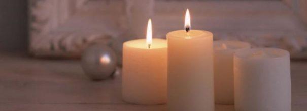 горят свечи из воска