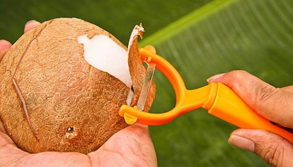Снятие кожуры кокоса овощечисткой