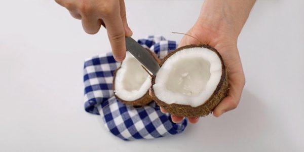 Извлечение мякоти кокоса ножом