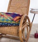 Кресло-качалка с пледом