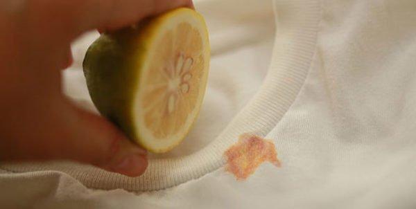 Лимоном выводят ржавое пятно с футболки
