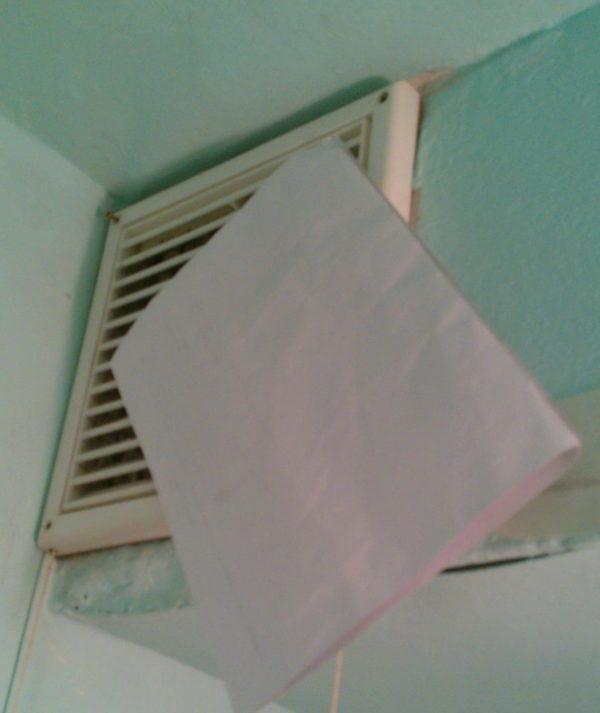 Лист бумаги на вентиляционной решётке