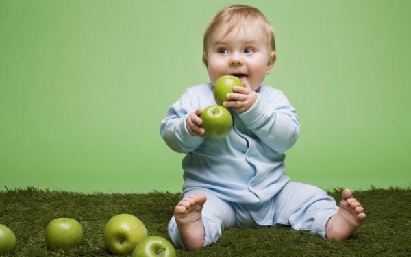 Малыш с яблоками