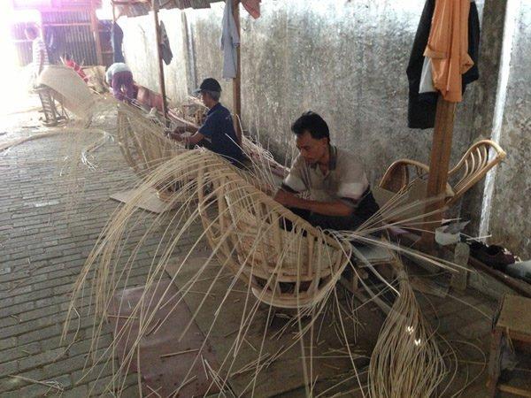 Мастера плетут мебель из лозы