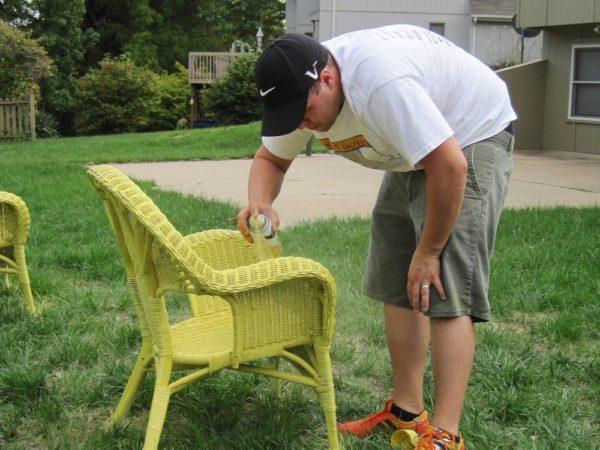 Мужчина обрабатывает плетёную мебель