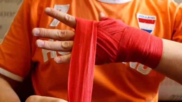 Процесс наматывания на руку боксерского бинта