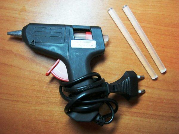 Пистолет и термоклей