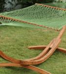 Подвесной гамак из сетки на деревянном каркасе