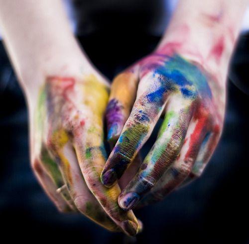 Пятна краски на руках