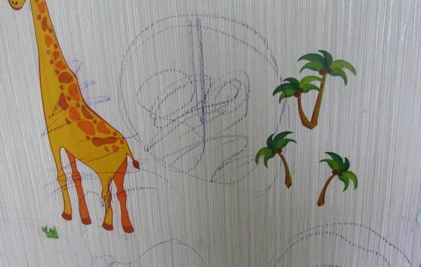 рисунок восковыми карандашами на обоях