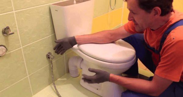 Сантехник в ванной комнате