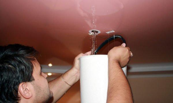 Сливают воду с потолка без резинового шланга