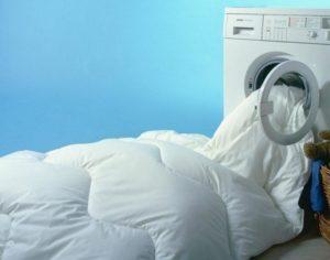 Стирают одеяло в машинке