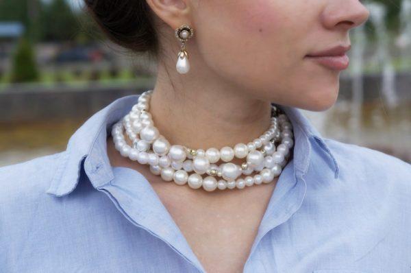 Жемчужное ожерелье на шее девушки