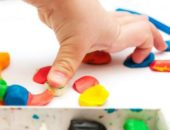 Пальчики надавливают на кусочки пластилина