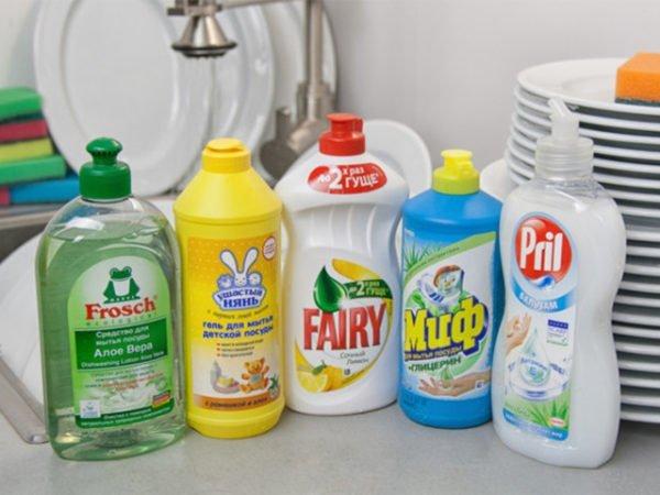 Пять бутылок с гелем для мытья посуды