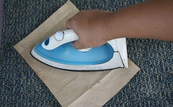 Утюгом проглаживают ткань через бумагу
