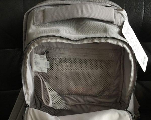 Открытый рюкзак с ярлыками
