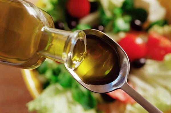 В ложку наливают растительное масло