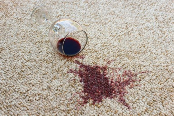 Красное вино на ковре