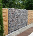 Забор из дерева, камней и сетки