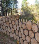 Забор из деревянных кругляшков