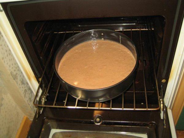 Бисквит в форме стоит в духовке